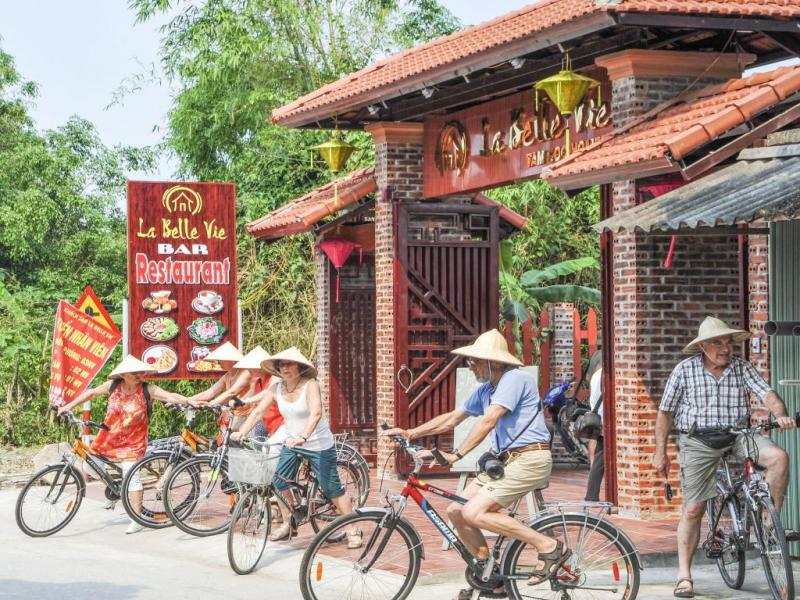 Du khách có thuê xe đạp tại nhà La Belle Vie Tam Coc và bắt đầu cuộc hành trình của mình ngay