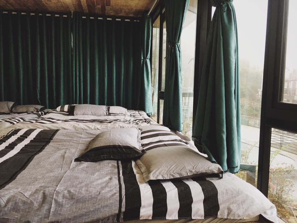 Nhà gác lửng là một căn hộ đặc biệt dành cho các nhóm khách từ 8 - 15 người có phòng ngủ chung tại phần gác lửng của căn hộ.