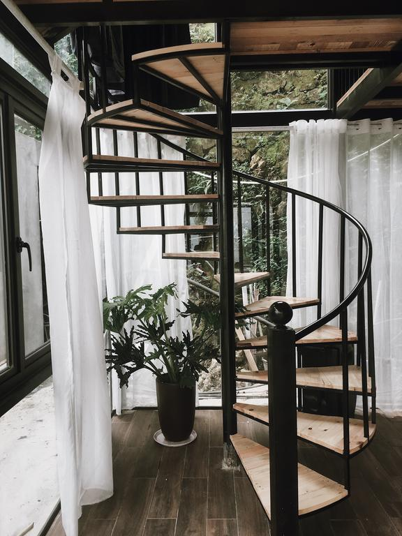 Nhà ống khói với thiết kế 2 tầng, vật liệu chủ yếu là kính và gỗ tạo nên không gian hiện đại, tiện nghi.