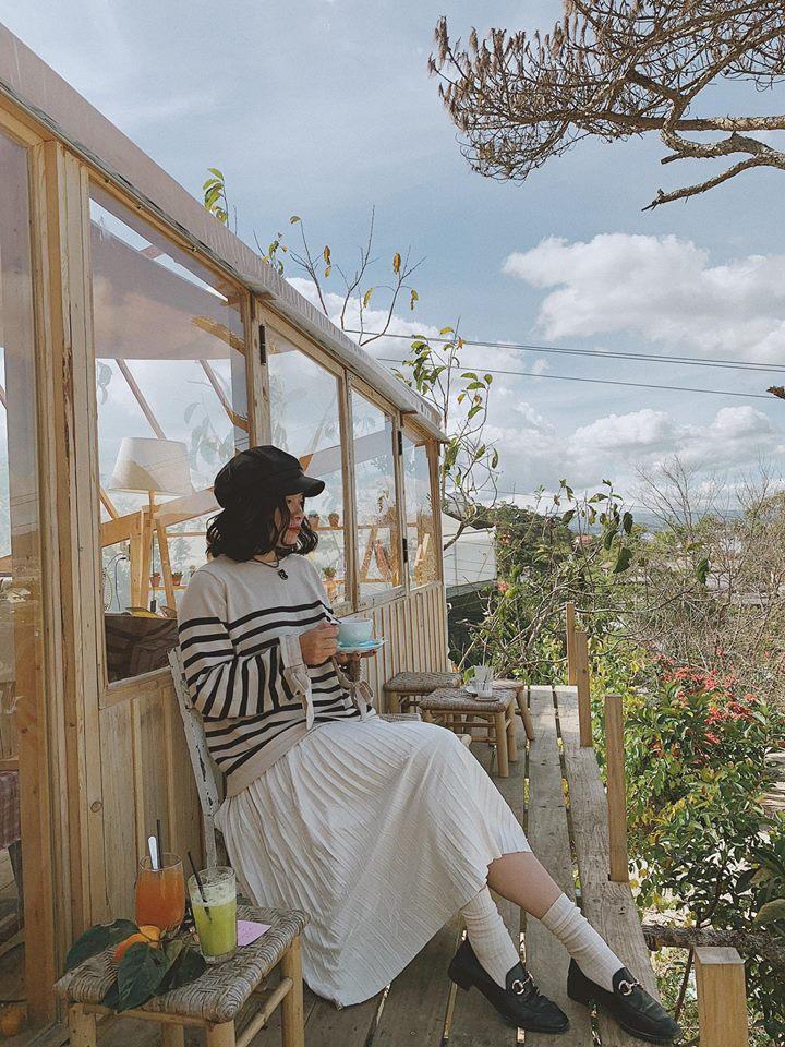 Ngồi nhâm nhi ngụm cà phê, thả hồn theo mây trời và ngắm nhìn những bông cúc họa mi bé nhỏ trắng muốt, rung rinh trong cơn gió đẹp đến nao lòng.