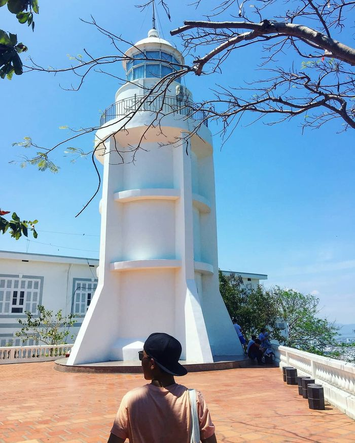 Đứng trên ngọn Hải Đăng, ta có thể thu vào mắt toàn cảnh thành phố biển Vũng Tàu trong nhỏ bé và thật đỗi yên bình.