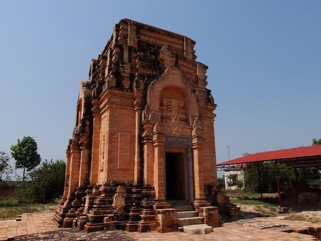 Tháp cổ Chóp Mạt nằm ở xã Tân Phong, huyện Tân Biên, tỉnh Tây Ninh