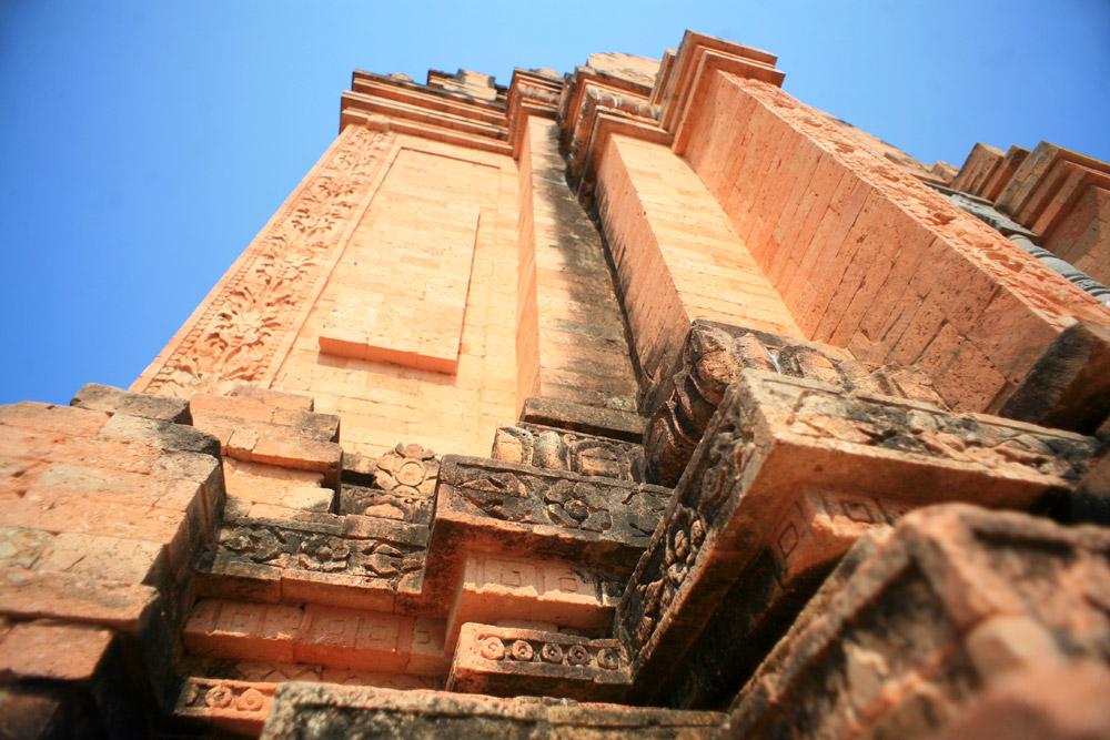 Ngày nay, khu tham quan tháp Chóp Mạt đã được trang bị hệ thống điện, chiếu sáng hiện đại, khuôn viên rộng rãi hỗ trợ tối đa nhu cầu chiêm ngưỡng tháp Chóp Mạt của người du lịch.
