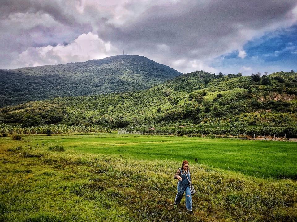 Đây là một sườn đồi thơ mộng với một bên là núi còn một bên là vực thẳm.
