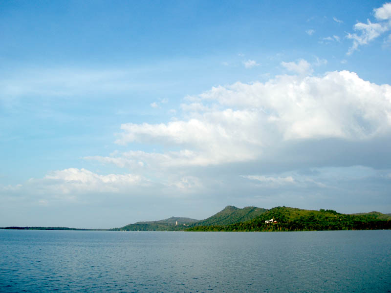 Núi Cậu nằm gần ngay điểm du lịch hồ Dầu tiếng của Tây Ninh nhưng lại thuộc địa phận tỉnh Bình Dương.