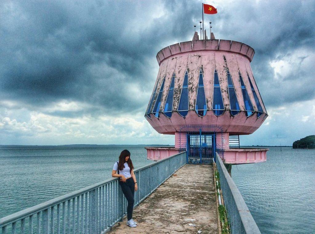 Hồ Dầu Tiếng có một không gian rộng lớn, sơn thủy hữu tình, không khí trong lành sẽ tạo cảm giác thoải mái trong những chuyến picnic.