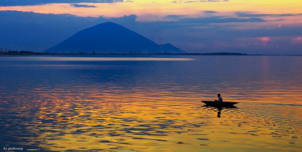 Giữa lòng hồ mênh mông mọc lên các ốc đảo lạ mứt như đảo Xỉn, đảo Đồng Bò, đảo Trảng,.. trên mặt hồ thi thoảng xuất hiện những chiếc thuyền độc mộc của người dân địa phương trôi lững lờ.