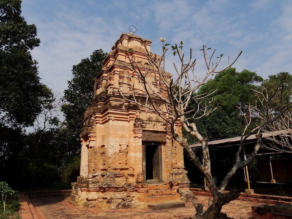 Tháp cổ Bình Thạnh nằm ở hữu ngạn sông Vàm Cỏ Đông, xã Bình Thạch, huyện Tràng Bàng, tỉnh Tây Ninh