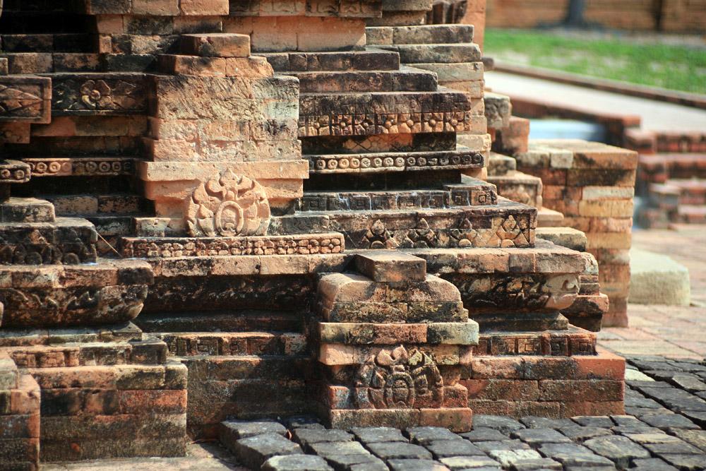 Tháp cổ Bình Thạnh được xây dựng rất vững chắc, công phu, cách trang trí được xây lặp lại ở phần thu nhỏ dần lên đỉnh tháp có nhiều góc cạnh và các bức phù điêu đắp nổi quanh tháp.