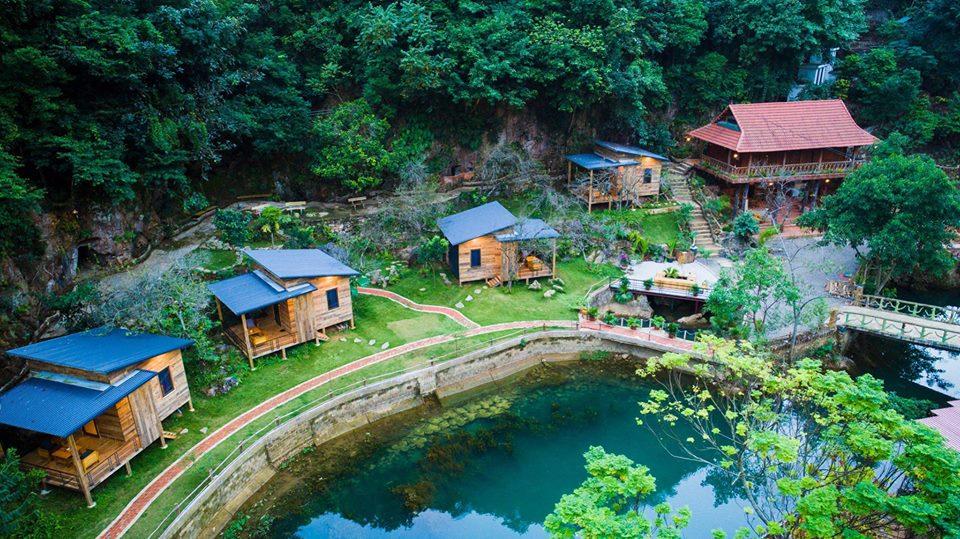 Nhà bên suối nằm ở ngay thị trấn Mộc Châu. Nơi đây là những căn nhà gỗ bé xinh nằm cạnh dòng suối êm ả. Phía sau lưng lại là ngọn núi xanh ngát hùng vĩ.