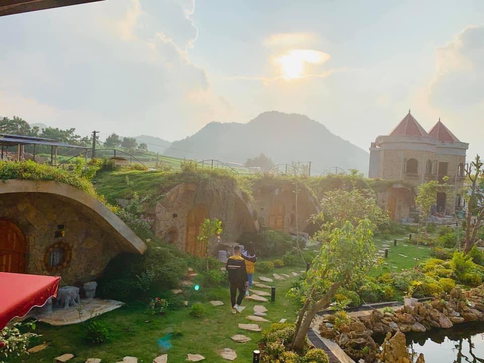 Bên mình hiện có hơn 20 phòng, trong đó có 8 căn nhà mái cỏ hobbit, 2 toàn lâu đài , phongd villa với giường siêu lớn và hệ thống phòng gỗ thông
