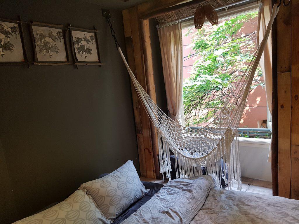Cây Khế là cảm hứng chủ đạo trên tầng 2 của nhà Bu. Một chiếc võng trắng xinh xắn để ngồi và ngắm cây khế và hoa nhài