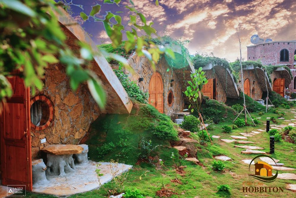 Các căn phòng đều được xây dựng theo phong cách gần gũi với thiên nhiên với tường đá, mái nhà lợp cỏ và một khu vườn đầy hoa.