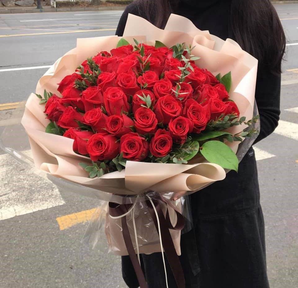 Thực tế đã nghiên cứu và chỉ ra con người chúng ta, đặc biệt là những người phụ nữ thường sẽ rung động trước vẻ đẹp rực rỡ của những đóa hoa.