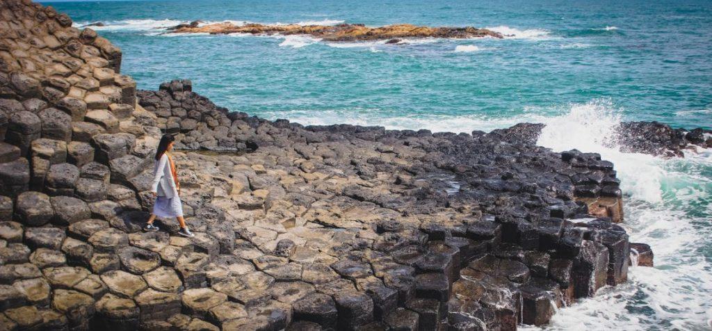 Theo các nhà khoa học, Ghềnh Đá Dĩa được hình thành khi núi lửa phun trào dung nham xuống biển.