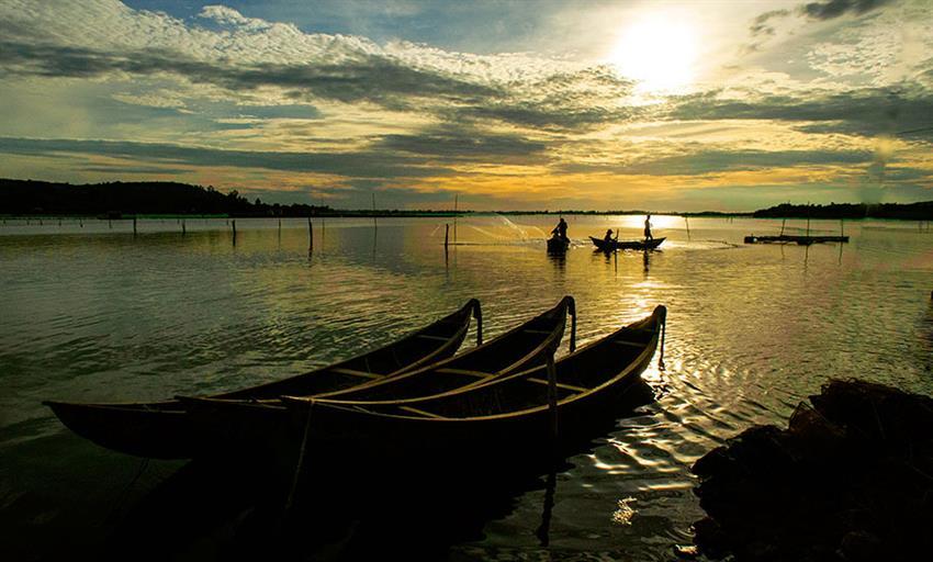 Ngắm hoàng hôn tại đầm Ô Loan cũng là một trải nghiệm thú vị, đây cũng là lúc ngư dân trở về sau cuộc sống mưu sinh ngoài biển khơi.