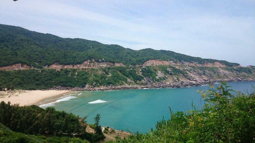 Bãi Môn nằm tại thôn Đồng Bé, xã Hòa Tâm, huyện Đông Hòa, tỉnh Phú Yên. Với chiều dài khoảng 400m nằm giữa lòng 2 ngọn núi, từ xa nhìn vào trông như một cánh cung khổng lồ.