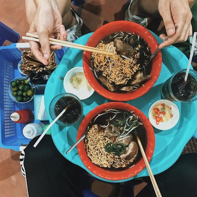 Quán mỳ gà tần Hàng Bồ đã có thương hiệu 20 năm ở phố cổ, về chất lượng cũng không phải bàn, đặc biệt thơm ngon.