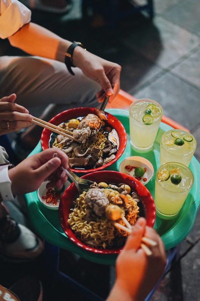 Người đến ăn ở đây thường gọi thêm tim hoặc óc trần để ăn kèm với món mỳ gà tần. Một bát mỳ có đến 4 - 5 miếng gà giá khoảng 80.000đ.