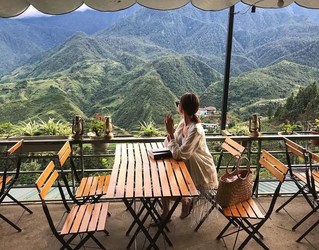 Ở Fansipan Terrace được bày trí đơn giản, lan can được đặt một dãy các chậu hoa để tạo cảm giác thoáng đãng và yên tĩnh cho khách.