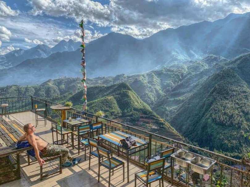. Với địa thế đặc biệt nên bạn có thể ngắm toàn cảnh Sapa một cách trọn vẹn nhất. Mây mù bao phủ khiến bạn ngỡ như mình đang lạc vào một chốn thiên đường nào đó.
