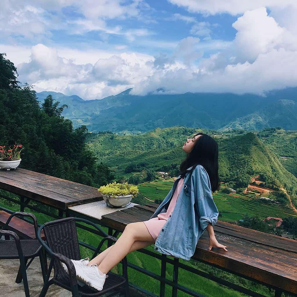Không gian để thưởng thức cà phê là dãy bàn gỗ dài với view nhìn ra toàn bộ thung lũng lúa của bản Cát Cát, phóng tầm mắt lên cao là đỉnh Fansipan hùng vĩ.
