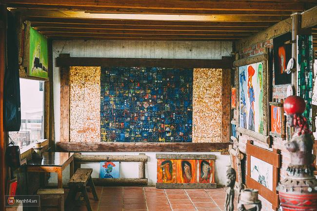 Phía bên trong được trưng bày những bức tranh của chủ quán. Bạn sẽ phải siêu lòng vì vẻ đẹp đầy mê hoặc của tranh và thu hút bởi những câu chuyện ẩn sâu trong đó.