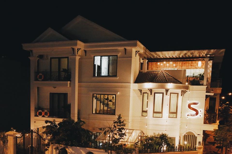 Khi cả khu phố đã chìm vào giấc say thì S:House vẫn sáng đèn rực rỡ đợi mấy khách đi chơi về