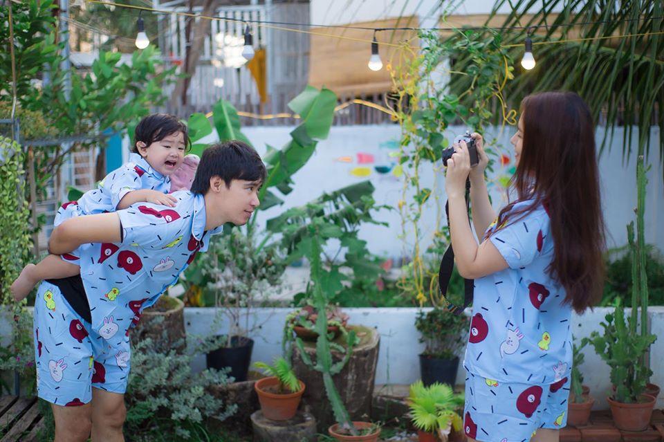 Cả gia đình nhỏ cùng nhau chơi trước sân và chụp hình tại nhà vani