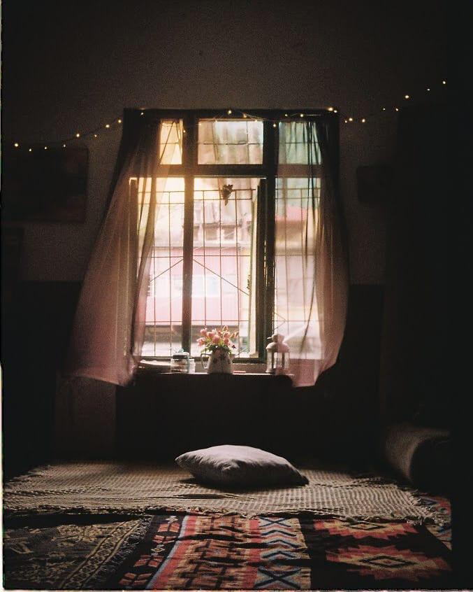 Khung cửa sổ nhỏ ở Gác Miên