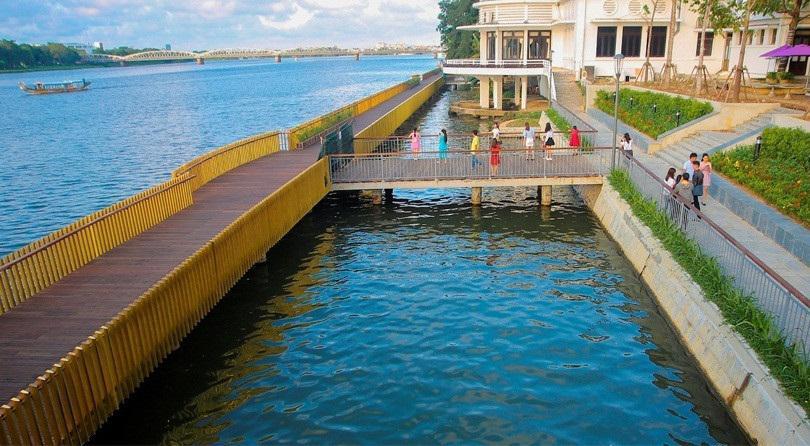 Toàn cảnh cầu gỗ vàng bên bờ sông Hương