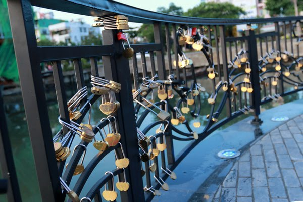 Những chiếc ổ khóa tượng trưng cho tình yêu của các đôi bạn trẻ