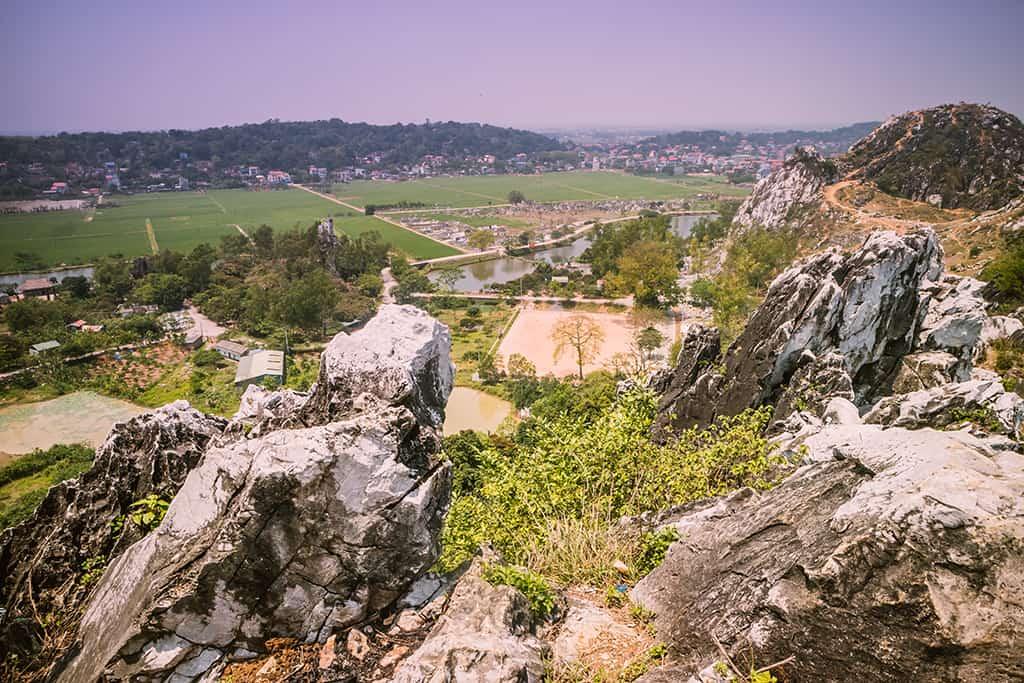 Từ trên đỉnh núi, bạn hướng mắt nhìn ra toàn cảnh xóm làng, đồng ruộng ,mênh mông, tận hưởng trọn vị thanh bình, êm ả nơi đây.