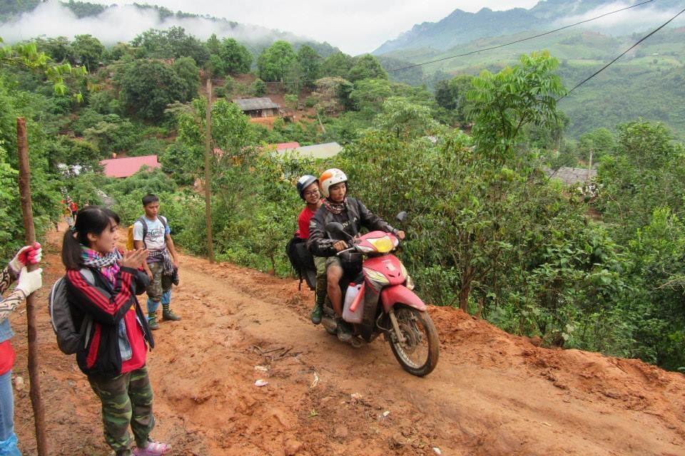 Những con đường đất nhỏ, có đoạn chỉ vừa 1 xe đi qua, dốc thì cao, đường đi lại cực kỳ khó.