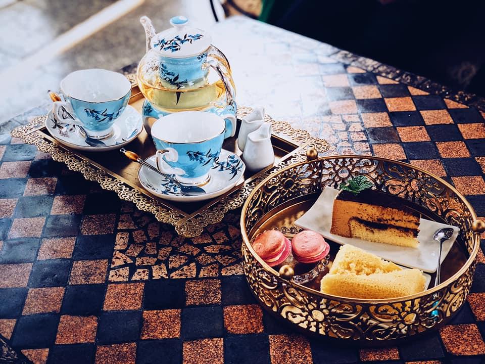 Bữa ăn nhẹ buổi chiều và thưởng thức trà nghệ