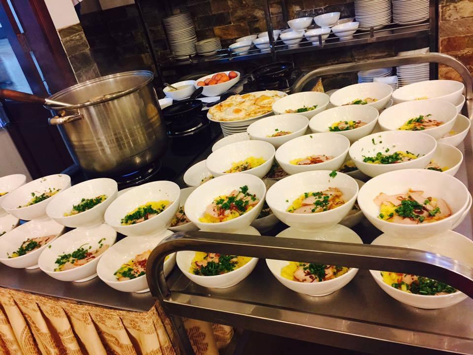 Buffet sáng với món ăn Âu-Á đầy đủ hương vị