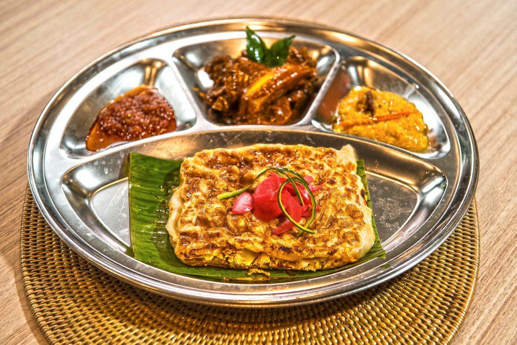 Món Murtabak hấp dẫn bên cạnh các gia vị ăn kèm