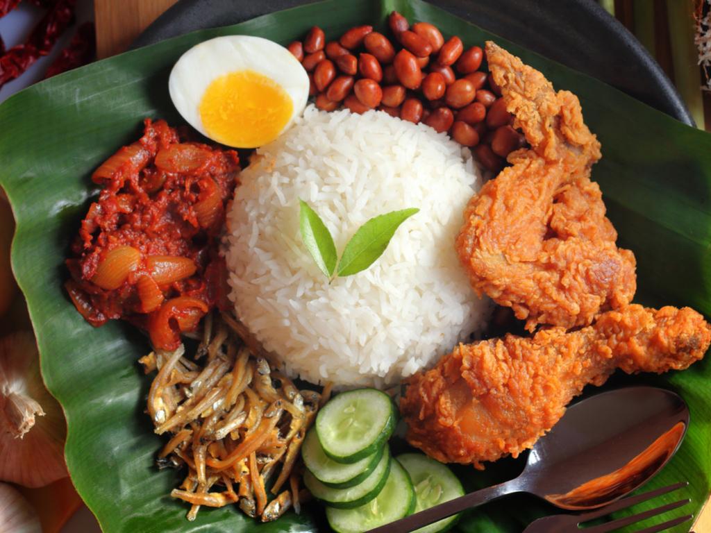 Nasi Lemak với đầy đủ chất tạo thành một bữa ăn hoàn chỉnh