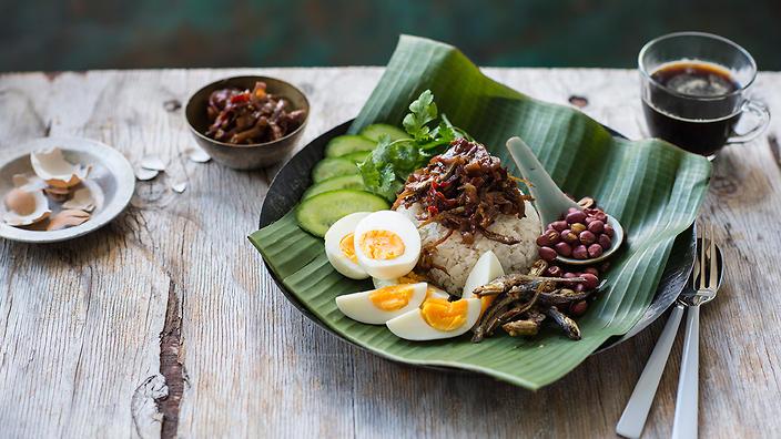 Nasi Lemak cũng có thể được biến tấu với các loại thức ăn kèm khác nhau