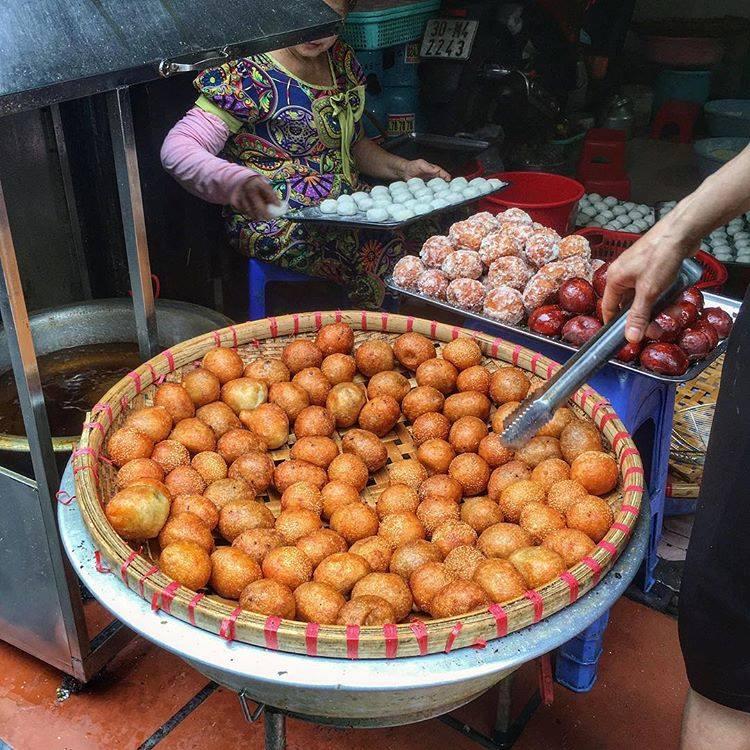 Bánh rán mặn giòn tan cùng với phần nhân đậm đà nóng hổi, chấm với nước sốt chua ngọt thì quá đủ để làm ta ấm bụng vào những ngày mưa phùn Hà Nội.