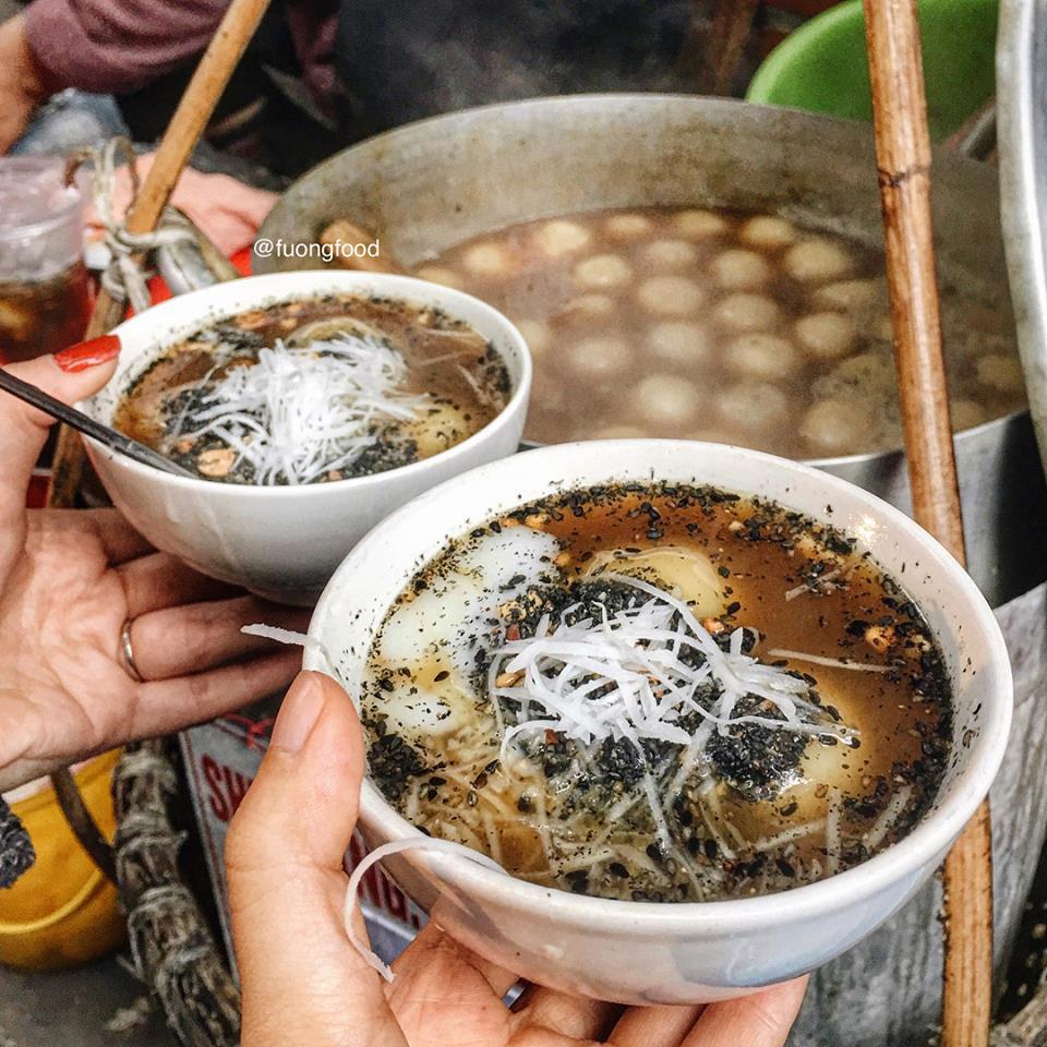Đông lạnh, không còn gì tuyệt vời hơn là thưởng thức một bát trôi tàu nóng hổi. Bánh trôi tàu chắc chắn là món được sinh ra để dành cho mùa đông Hà Nội.