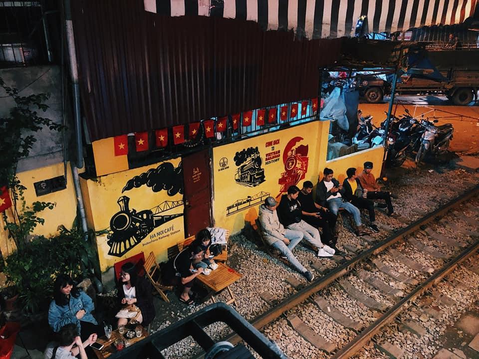 Bên trong quán cafe được thiết kế như những khoang tàu hỏa của vài chục năm trước đây mà giờ chúng ta chỉ có thể thấy trên những bộ phim xưa.