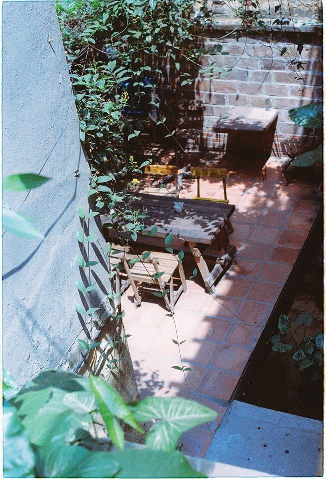 XOAN cafe là căn nhà cổ 3 tầng được chủ tiệm tận dụng mọi góc để bày trí, vừa mở ra một không gian hoài cổ lại vừa thoáng đãng.