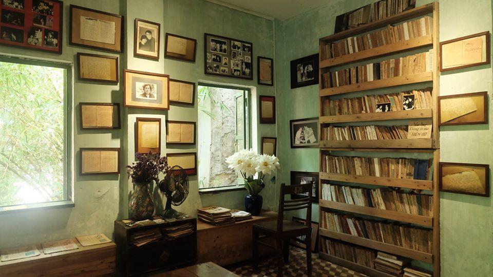 Những bộ bàn ghế, bức tranh, tủ gỗ hay cửa sổ đều mang tông màu trầm ấm. Người ta đến đây để tìm một không gian tĩnh lặng đọc sách, thả hồn vào những bản nhạc da diết