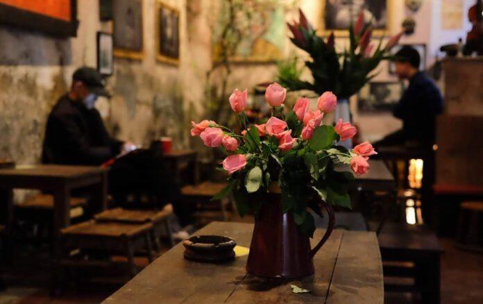 Một bình hoa tươi ở quán