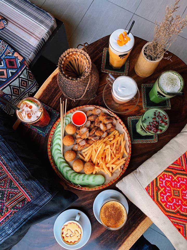 Mẹt ăn vặt tại Tộc Cafe