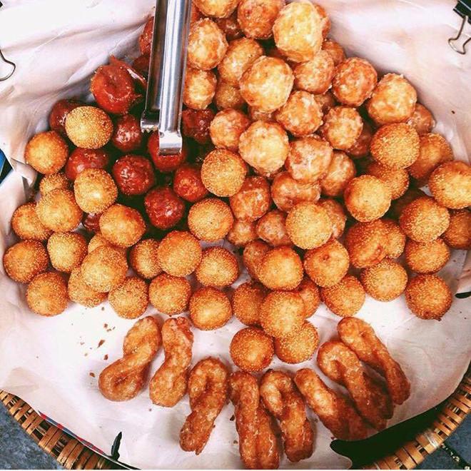 Bánh rán cũng là một trong những đồ ăn vặt tuổi thơ được ưa thích