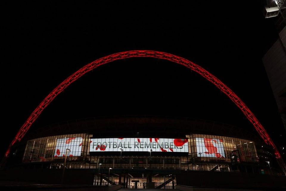 Luôn luôn nhớ khoảnh khắc đẹp của cổ động viên trên sân Wembley