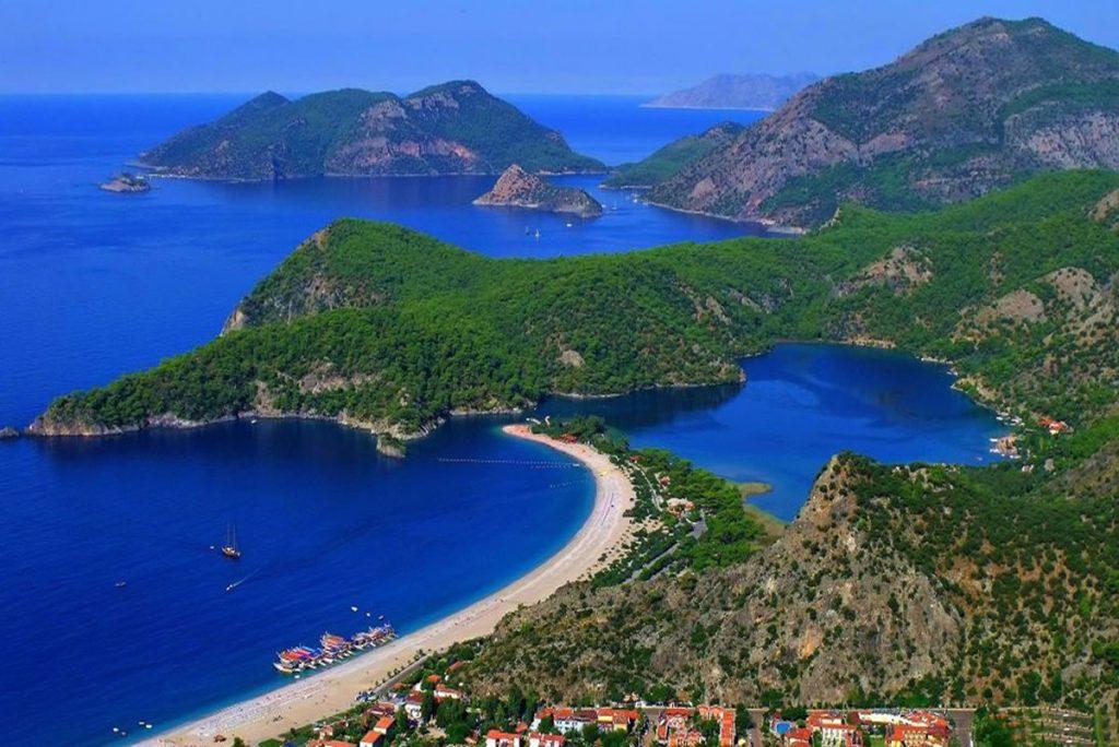 Khung cảnh biển xanh, núi xanh, dải cát trắng thơ mộng