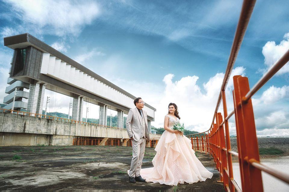 Cặp đôi chụp hình cưới ở đập yaly
